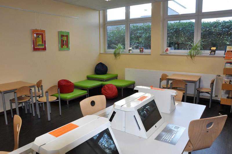 Internetarbeitsplätze und Leseecke in der Bibliothek