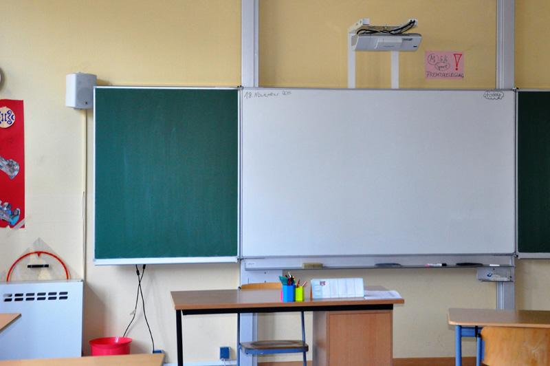 Klassenraum mit PC, Beamer und Whiteboard