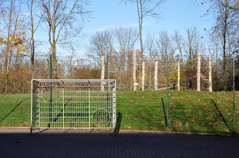 Ein Fußballtor auf dem Schulhof