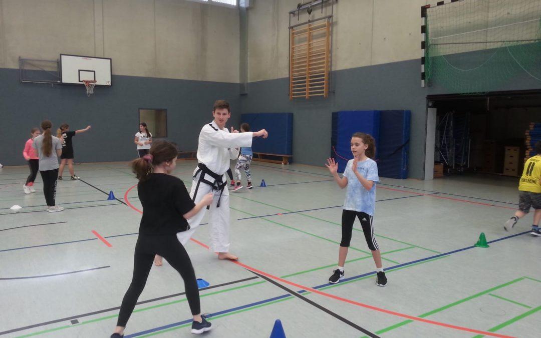 Europameister Tobias Barth begeistert die 6c mit Taekwon-Do